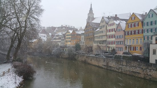 Historische Altstadt Tübingen: Altstadt von der Neckarbrücke aus im Winter