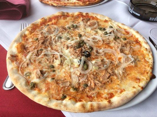 Schengen, Luxembourg: Pizza de atún