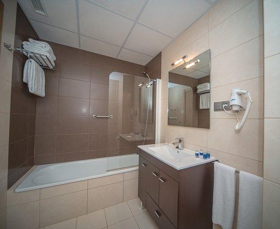 Apartahotel & Spa Jacetania: Baño con bañera