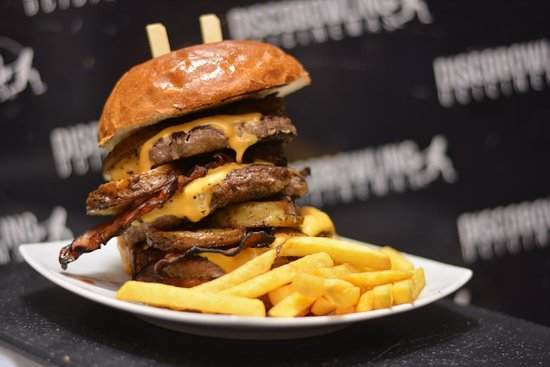 Casoria, İtalya: BUD SPENCER: Triplo HAMBURGER di chianina, BACON croccante, CHEDDAR fuso e PATATE