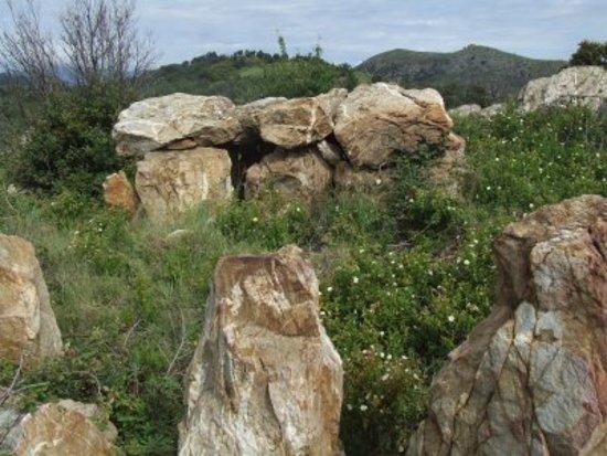 Castelnou, France: non loin du village le dolmen du Serrat d'en Geli, l'Homme est arrivé ici il y a bien longtemps