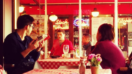 Cozy Restaurant Cafe & Pub: Tavoli con vista sulla galleria