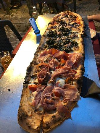 Le Scuderie: длинная пицца с разными начинками