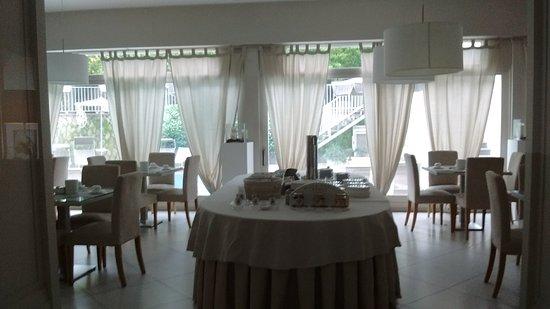 Hotel Capri: Beautiful Breakfast room overlooking pool.