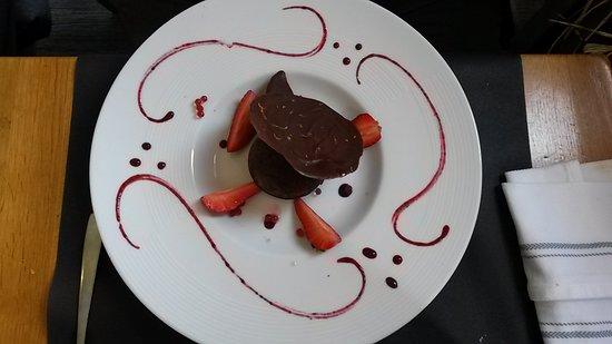 Chateau du Loir, France: Dôme glacé, m ure, fruits rouges, tuile noire aux zestes d'orange