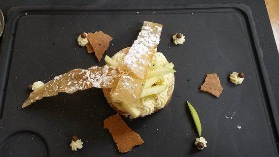 Chateau du Loir, France: Dacquoise à la noisette, mousse chocolat blanc, pommes, tuile caramel beurre salé