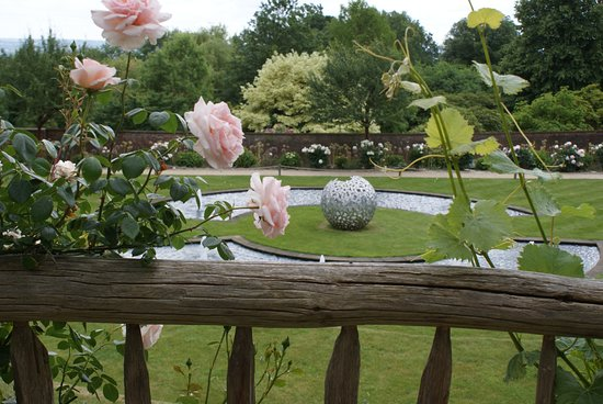 Riverhill Himalayan Gardens: Rose Garden Fountains