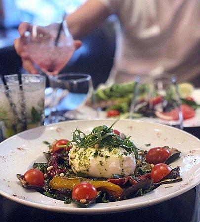 Buratina (mozza di bufala), légumes grillés, pesto de roquette & pignon de pin
