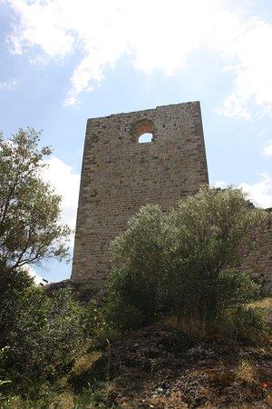 Castello di Montemassi: vista da sotto una delle torri