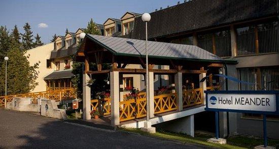 Štrba, Slovensko: Vstup hotelu a parkoviště před ním