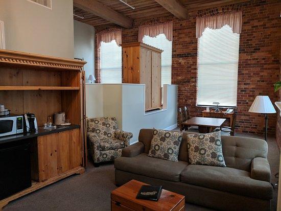 Brookstown Inn: executive king suite (living room)