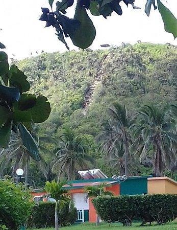 Santa Cruz del Norte, Cuba: Al fondo: sendero de piedra, uno de los caminos de ascenso a un mirador en la cima desde Los Coc