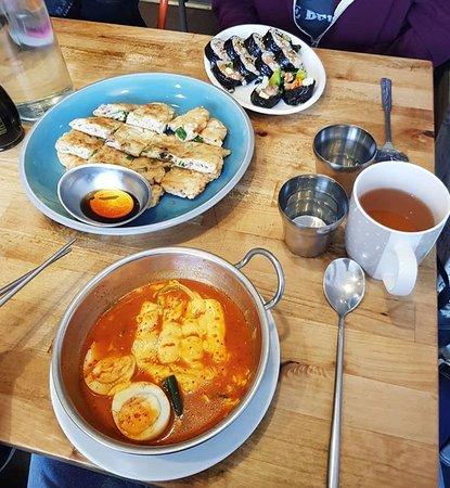 Seoul Bakery: dall'alto: Chicken Ghimbap, Kimchi Pan Cake, Kappokki.