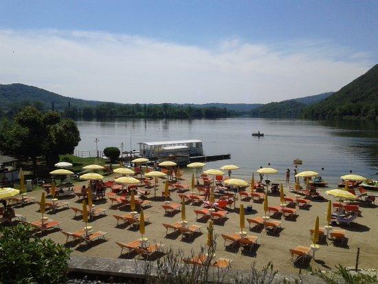 Piediluco, Italy: La spiaggia con l'imbarco per il giro del lago