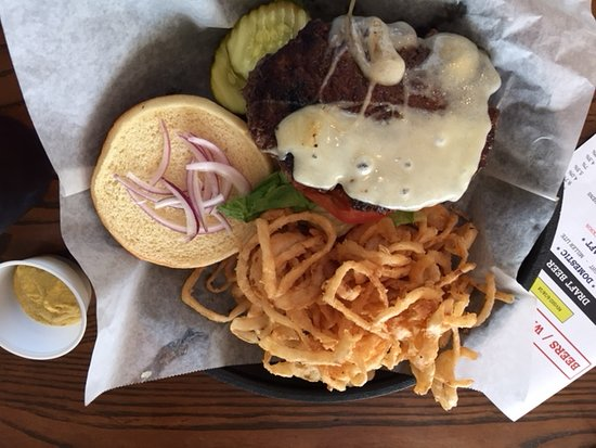 Τζάκσον, Οχάιο: Cheese (Swiss) burger and onion straws with spicy mustard. Yum! (The pickles were good too!)