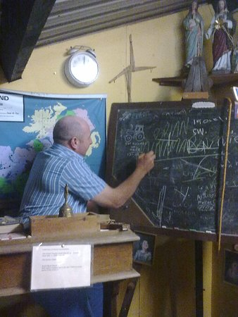 Bruff, Ιρλανδία: The old schoolroom, complete with desks and satchels and chalkboard etc.