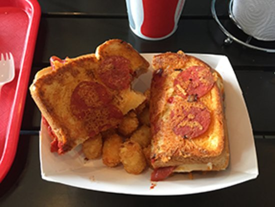 Isla Vista, Καλιφόρνια: Pizza Melt with Potato tots