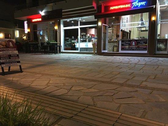 "Nea Iraklitsa, Greece: Λουκουμάδες-καφέ ""ΠΕΤΡΟΣ"""