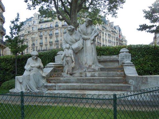 Monument Mme Boucicaut et la baronne Clara de Hirsh