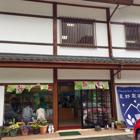 Yame, Japan: 毎年GWに新茶をいただきに訪問します。 この時だけ貴重な手もみ玉露の試飲ができます。これがすごい!新茶玉露の甘く爽やかな香りが口いっぱいに広がり鼻と身体に染み渡る感じが好きでハマってしまいます