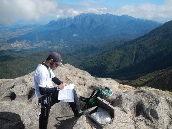 Osasco, SP: Nosso guia Guga assinando o livro de cume do Pico das Prateleiras, 2539 metros de altitude, PNI.