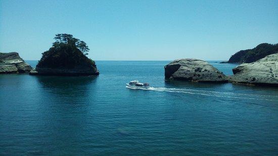 Dogashima Cave Excursion Boat: 堂ヶ島洞窟めぐり観光船です。晴れていて、波の無い日は、是非乗ってみて下さい。