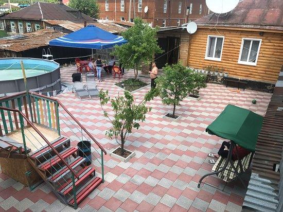 Borovoye, Kazakhstan: Уютный двор с бассейном