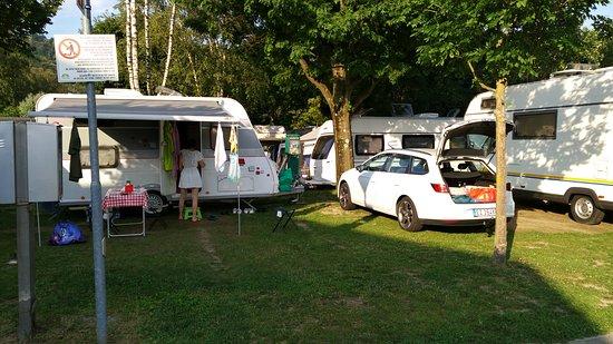 Camping Isolino Villaggio: Piazzola con allaccio corrente e carico/scarico acqua