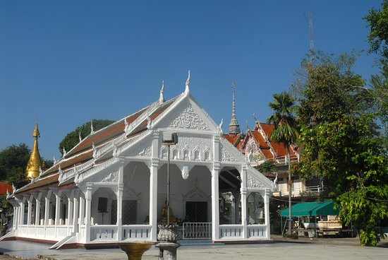 Lampang, Thailand: sparkling white viharn
