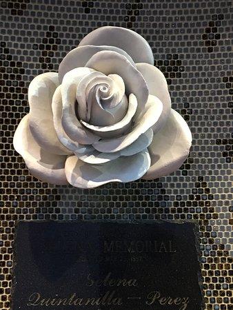 Selena Memorial-Mirador De La Flor : The Rose