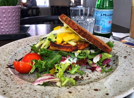 Café Rÿpen/Bobbers: Frokost: Fiskefrikadelle, salat og sprød rugbrød med en smagfuld dressing