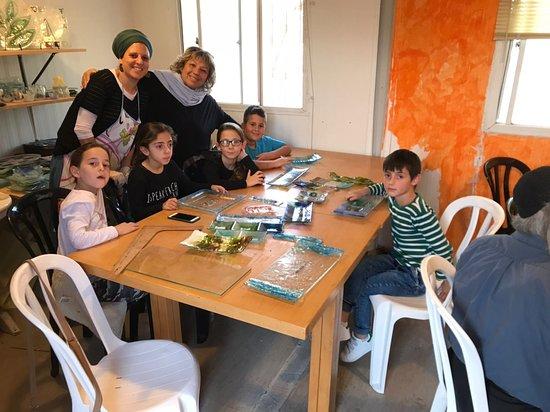 Mevo Horon, Palästinensische Autonomiegebiete: Grandma and the grandchildren