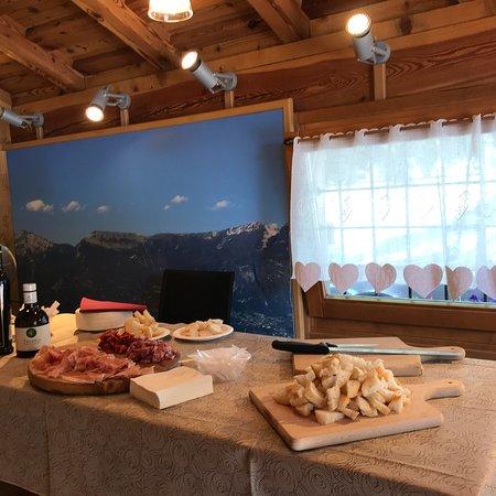Тремосине, Италия: Vista del caseificio esterno e interno + sala degustazioni