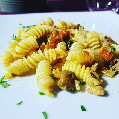 Mazzeo, Italien: Pasta con Pesce spada, menta e  pomdorino.