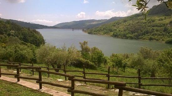 Cicerale, Italia: la veduta della diga dall'Agriturismo