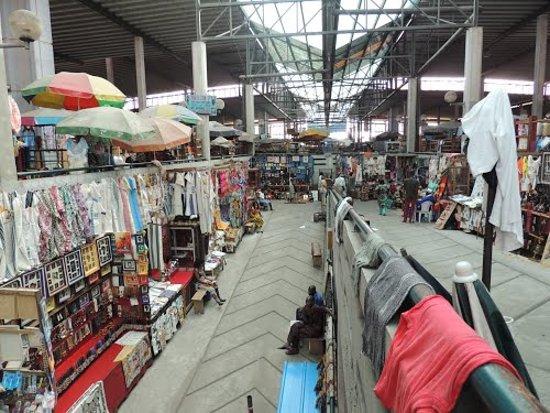 Abidjan, Ivory Coast: Le niveau supérieur du marché central. Niveau dédie à l'art et l'artisanal
