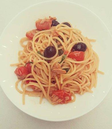 Moscova 7: spaghetti tonno pomodori pachino e olive nere