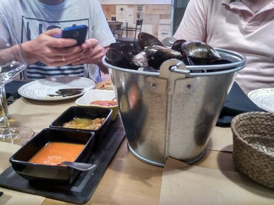 Cee, Spania: Cubo de mejillones con 3 salsas. Riquísimos.
