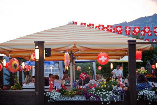 Amden, Schweiz: Sonnenterrasse mit 1. August Dekoration