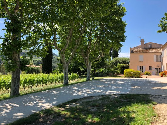 Castellet, Frankreich: The parking area and view of the chateau
