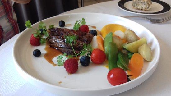 Benouville, France: Magret de canard, laqué au jus fruits rouges et garniture de saison