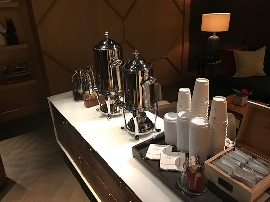 The Quin Central Park by Hilton Club: Free tea and coffee every morning in the lobby
