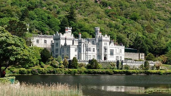 Kylemore, أيرلندا: Abbey from across the pond!