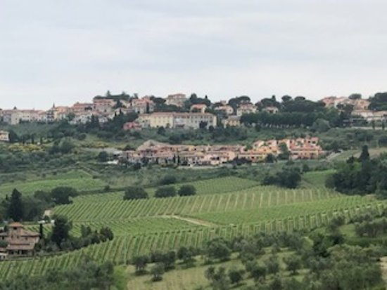 Scenic wine tours in Tuscany: gorgeous architecture