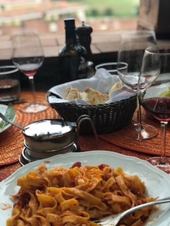 Scenic wine tours in Tuscany: lunch time!