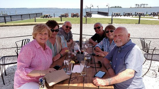 Topping, VA: Friends have a great lunch with the Rappahannock River in the background