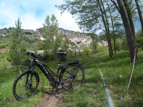 Millau, Frankreich: Le village de Peyre accroché à la falaise, à admirer sur la voie verte !