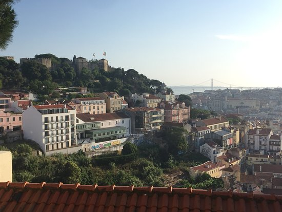 Lisbon Chill-Out Free Tour: Took us to a stunning lookout!