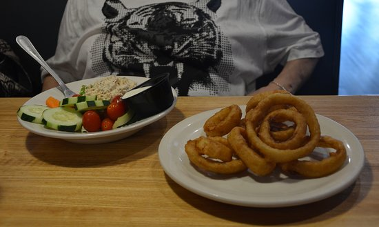 Eddie's Place Restaurant: Tuna Salad with Onion Rings
