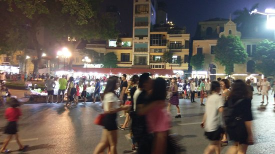 Lake of the Restored Sword (Hoan Kiem Lake): night market surrounding